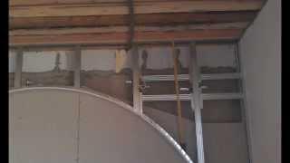 монтаж декоративной стены с аркой в спальне