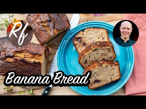 Baka Banana Bread med mogen banan, choklad och valnötter i. Blir en god och saftig banankaka eller bananbröd på svenska.>