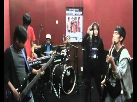 dGreen - Pergilah (Official Video Klip at Studio).wmv