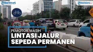 Meski Dijaga Petugas, Pengendara Motor Masih Nekat Lewati Jalur Sepeda Permanen di Jalan Sudirman