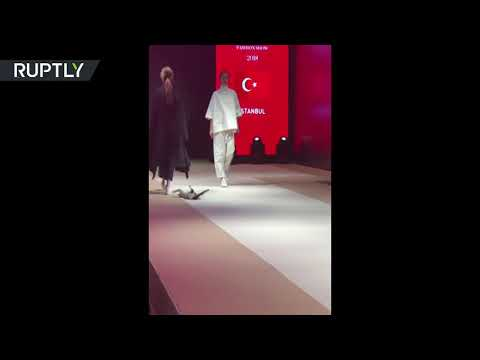 العرب اليوم - شاهد: قطَّة تتحدى عارضات الأزياء في تركيا خلال