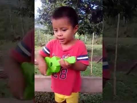 Niño le canta a Dios con todo su corazon!!