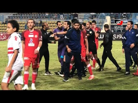 جنش ينفعل على حكم مباراة الزمالك والحرس بعد نهاية الشوط الأول وأمير عزمي يهدئ اللاعب