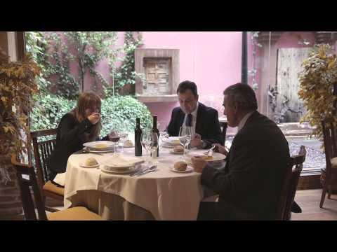 """Corbarella  """"protege la corbata con elegancia en la comida"""""""