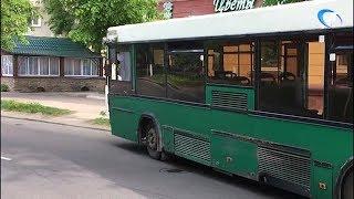 В Великом Новгороде при экстренном торможении автобуса пострадала женщина-кондуктор