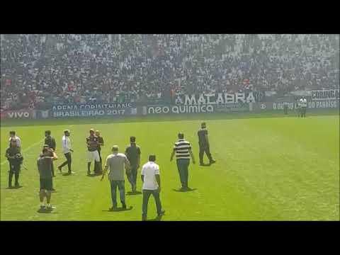 Torcedores invadem gramado da Arena Corinthians durante treino aberto