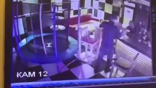Бармен заступился за девушку! the bartender chastised the insolent