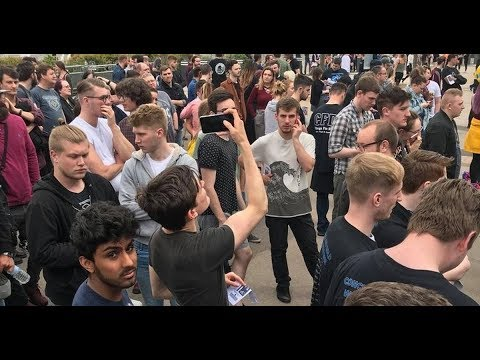 Thousands of Foo Fighters fans stuck outside Manchester gig as tickets rejected - Daily News