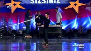Yetenek Sizsiniz Murat Boz ve Eser Yenenler'den Kırbaç Gösterisi (6.Sezon 28.Bölüm)