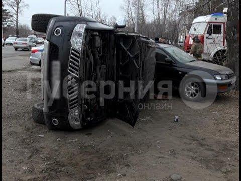 В Хабаровске неадекватная автолюбительница протаранила две припаркованные машины