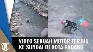 Video Sebuah Motor Terjun ke Sungai di Kota Padang