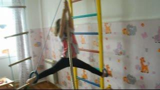 Ребенок 3 года делает трюки на спортивном комплексе. Спортивные дети