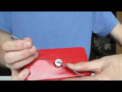 Geldkassette öffnen mit Büroklammer und kleinem Schraubenzieher