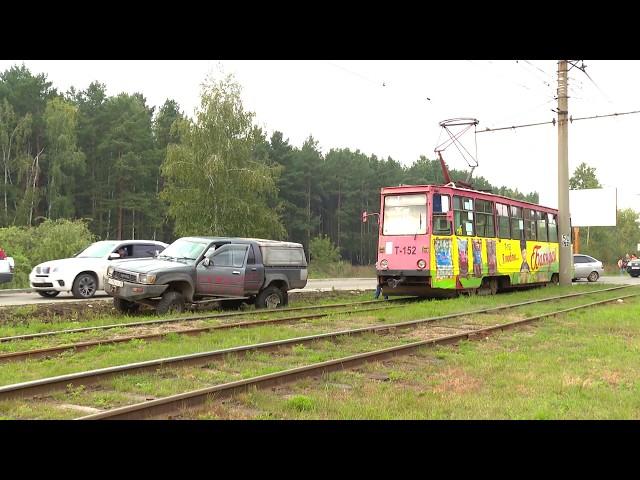 Трамвай и внедорожник не поделили дорогу