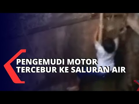 pengemudi motor tercebur ke saluran air meter