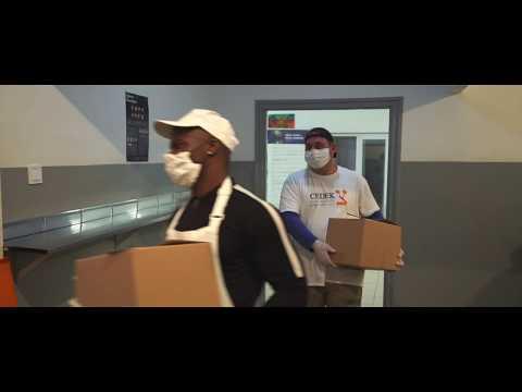 A CEDEK Szeretetszolgálat tartós élelmiszer csomagokat szállít az időseknek és a rászorulóknak.