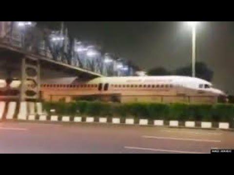 Νέο Δελχί: Αεροπλάνο κόλλησε κάτω από γέφυρα!