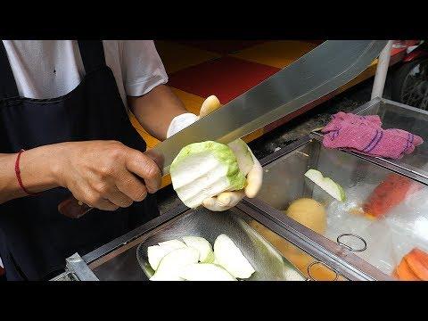泰國街頭俐落的切水果技巧