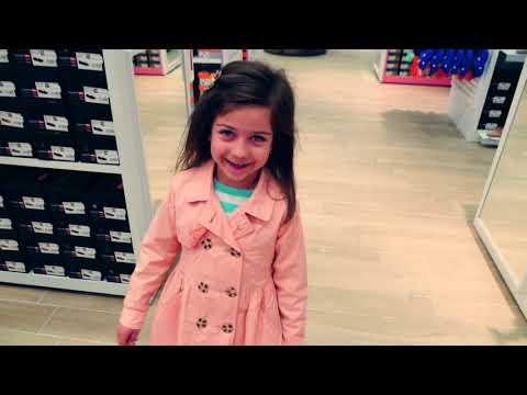 ემილია მშობლებთან ერთად მიდის ფეხსაცმლის საყიდლად
