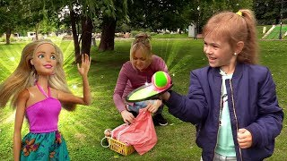 Пикник в парке с Барби. Игры для детей на природе.