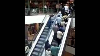 Oma und Opa scheitern auf der Rolltreppe!