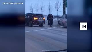 В Казани сняли на видео, как после столкновения двух «БМВ» один из них влетел в столб