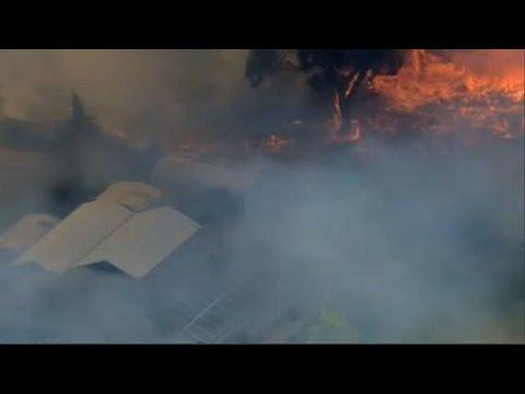 Μεγάλες πυρκαγιές λόγω καύσωνα – Απειλούνται σπίτια