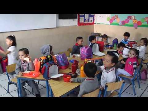 Alumnos de Kinder desayunando