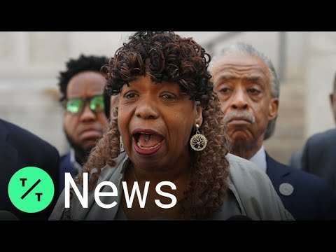 """""""We Can't Breathe,"""" Eric Garner's Mother Says as NYPD Officer Escapes Charges"""