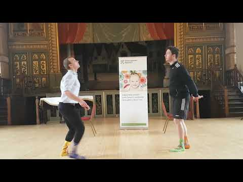 Veure vídeo Keeping fit and healthy at home: Toilet roll challenge