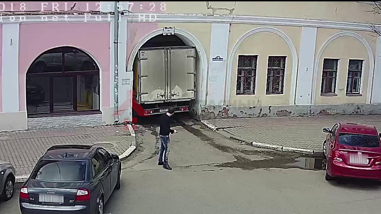 В Ярославле фургон застрял в арке дома