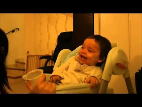 """смешное видео:  малыш """"прикалывается"""" с мамы"""
