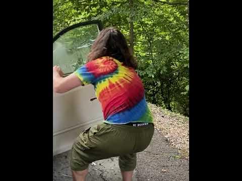 מפחיד: כך מסלקים דוב מהרכב • צפו