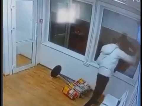 В Якутске мужчина разбуянился в теплой остановке и разбил монитор