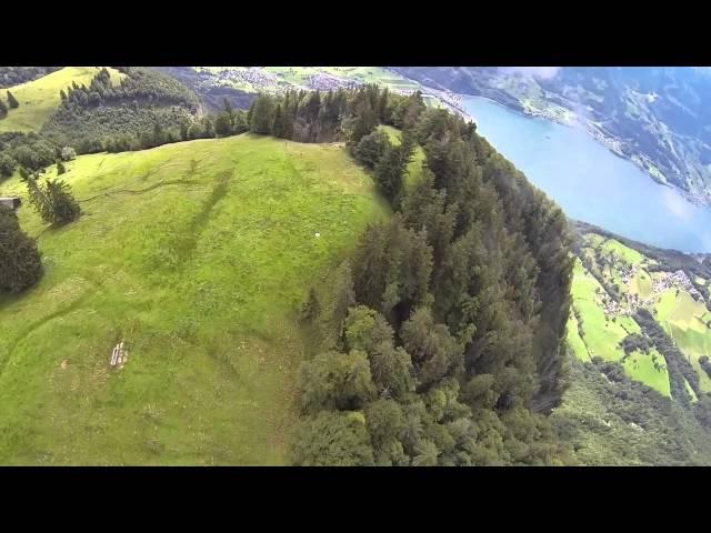 تصوير من منظور مغامر يحلق فوق جبال الألب مرتديا بزة الطيران