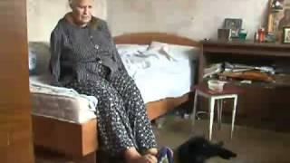 Женщина без рук стирает ногами, а зубами вешает белье
