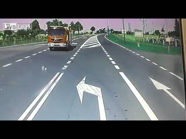 حادث عنيف بين شاحنة نقل وعربة إطفاء