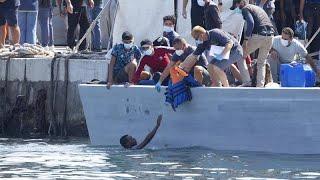 Masowe przybycie migrantów na włoską wyspę Lampedusa