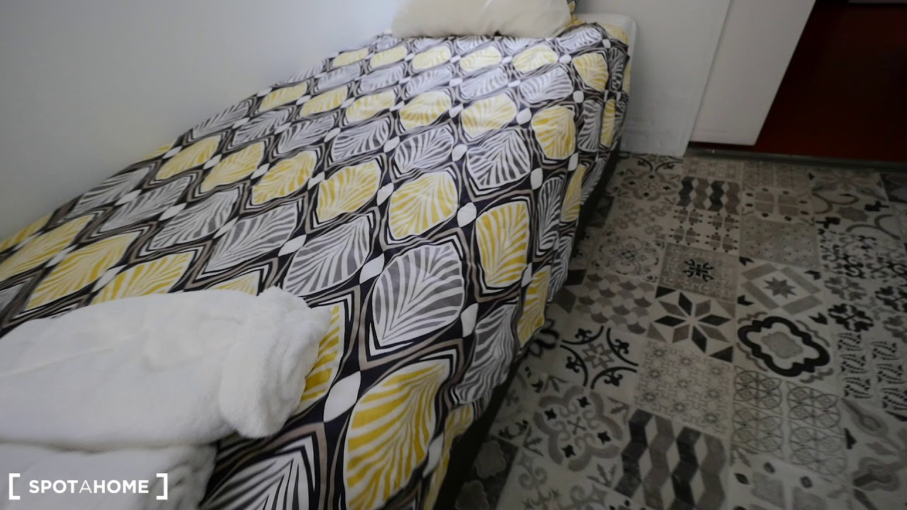 Furnished room with standalone wardrobe in shared apartment, Gràcia