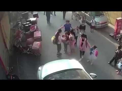 Школьница пыталась поймать падающего из окна ребёнка