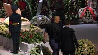 Исхудавшего Кобзона держали под руки на похоронах Дементьева