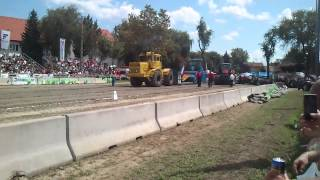 preview picture of video 'Kirovets K-701 tractor pulling Hajdúböszörmény'