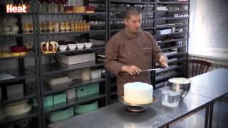 Кондитер Ренат Агзамов делает торт