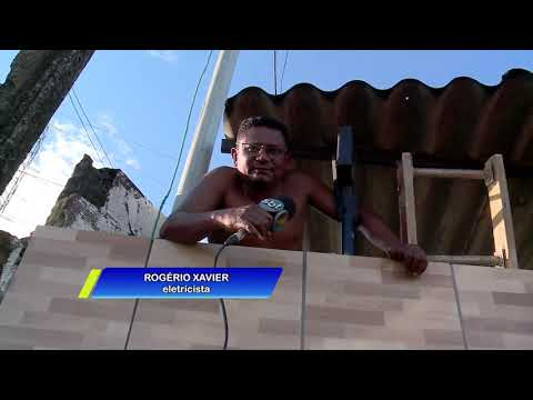 Vídeo: carreta tomba e moradores ficam presos em casa no Recife