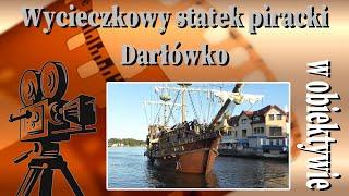 Piracki statek przepływa przez przeprawę mostu rozsuwanego