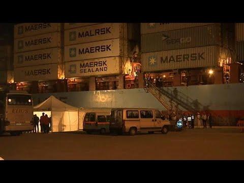 Φορτηγό πλοίο με μετανάστες έδεσε σε λιμάνι της Σικελίας…