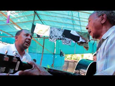 Pai e filho cantando com muito gosto, em Abadiânia Velha.