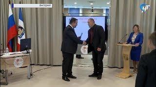 В Валдае обсудили развитие района и вручили первый сертификат на «Новгородский гектар»