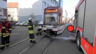 preview picture of video 'Straßenbahn erfasst Fußganger in Erfurt'