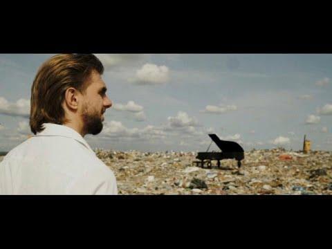 Российский пианист играет на мусорной свалке, чтобы привлечь внимание к проблемам загрязнения окружающей среды